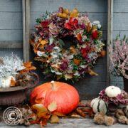 Herbstdeko im Garten und bunter Herbstkranz
