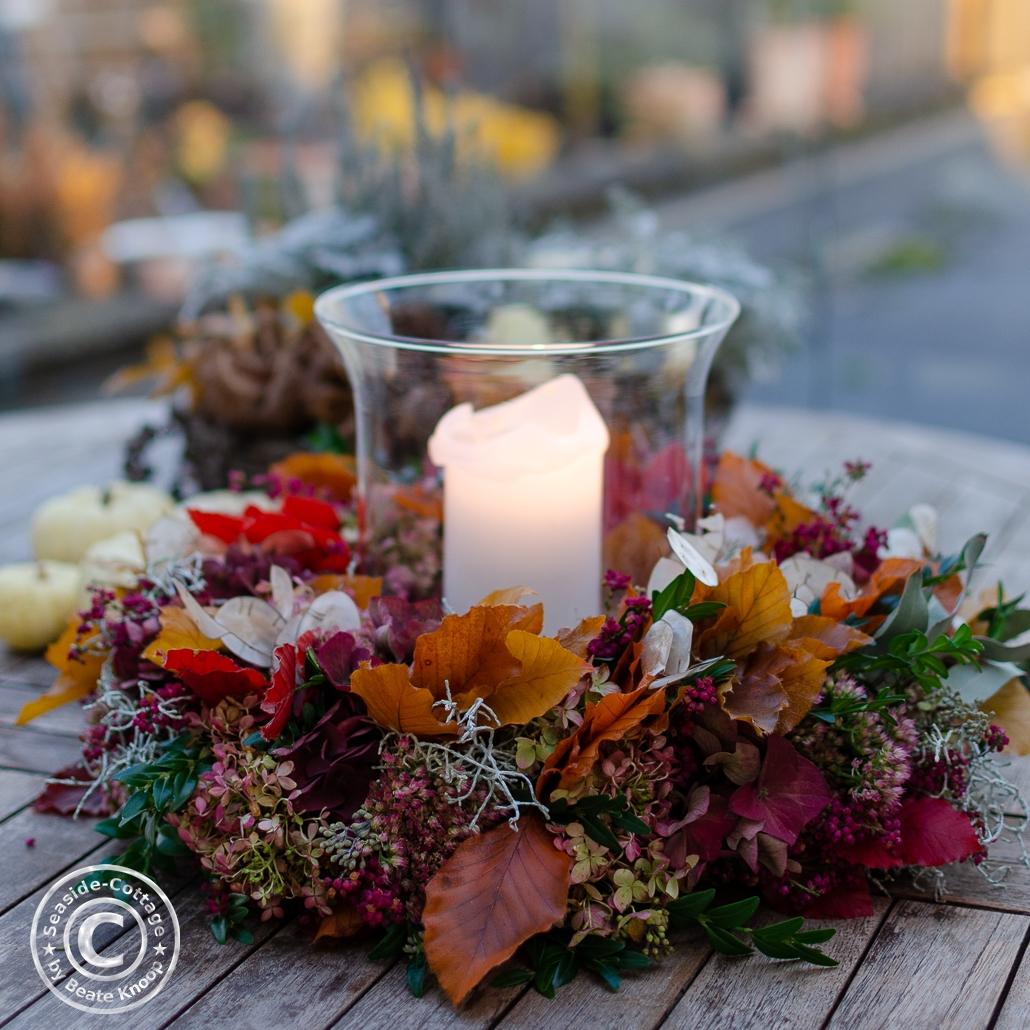 Bunter Herbstkranz mit Windlicht
