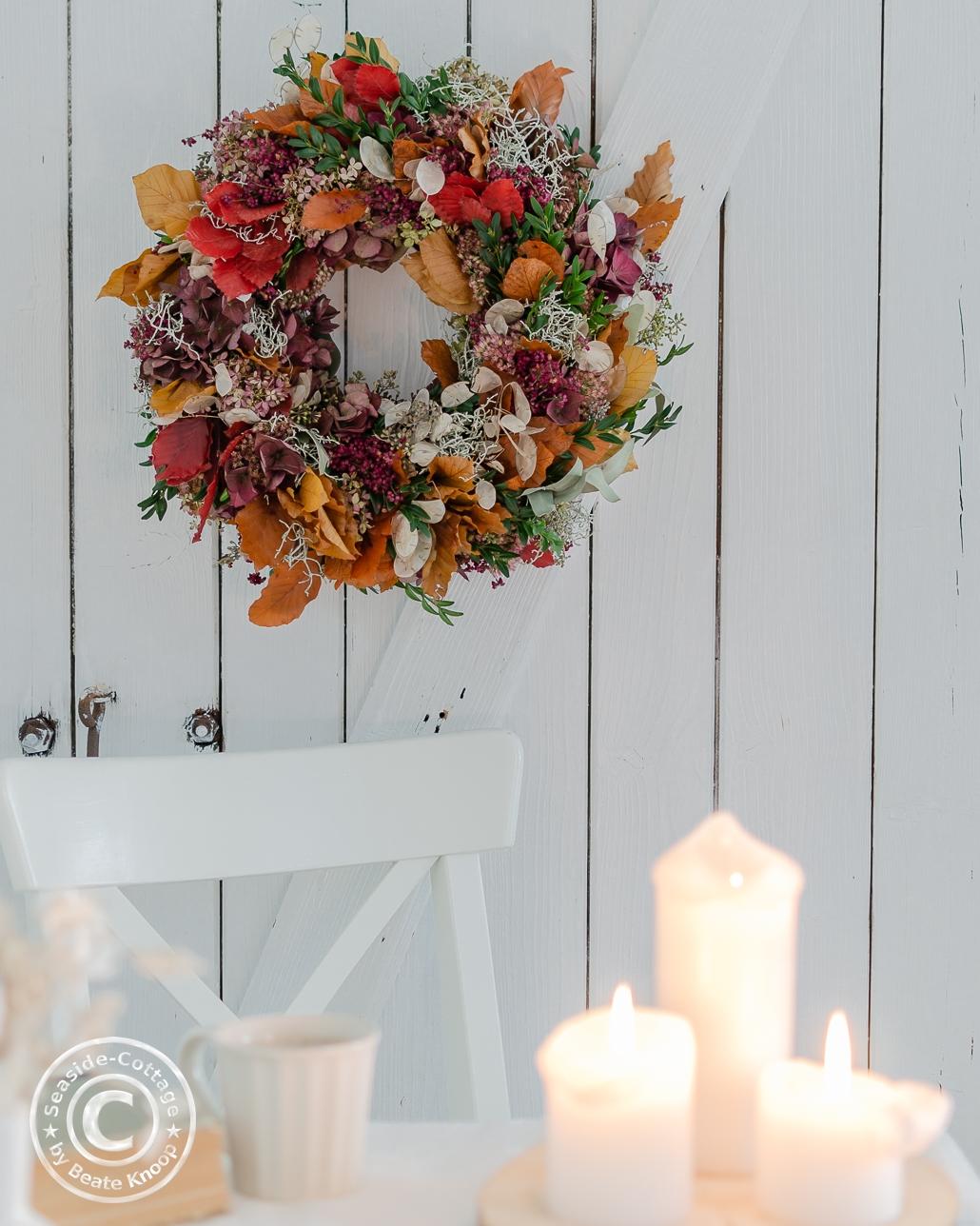 Bunte Herbstkranz in weißem Ambiente