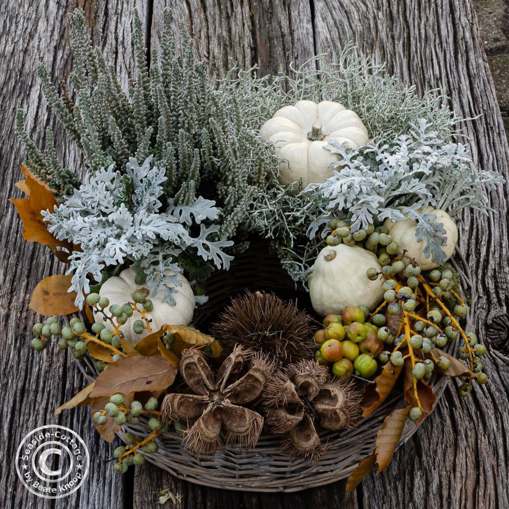 Pflanzring herbstlich dekoriert mit Naturmaterial