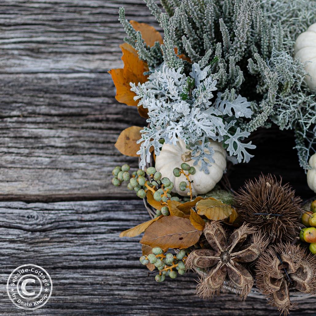Ausschnitt Herbstliche Naturdeko auf alten Eichenbrettern