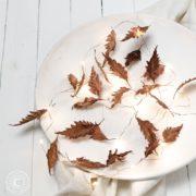 Herbstliche Lichterkette mit gewachsten Herbstblättern
