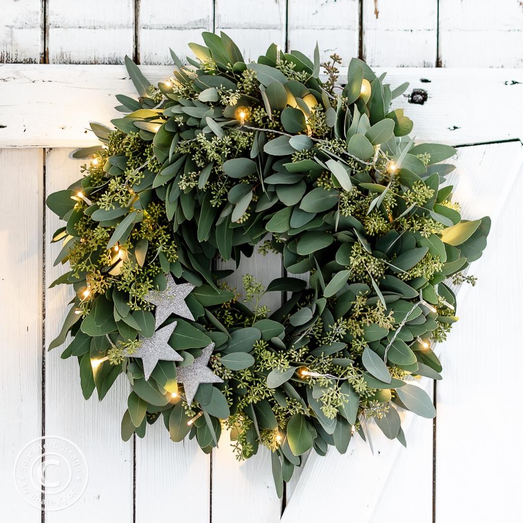 Eukalyptuskranz weihnachtlich dekoriert