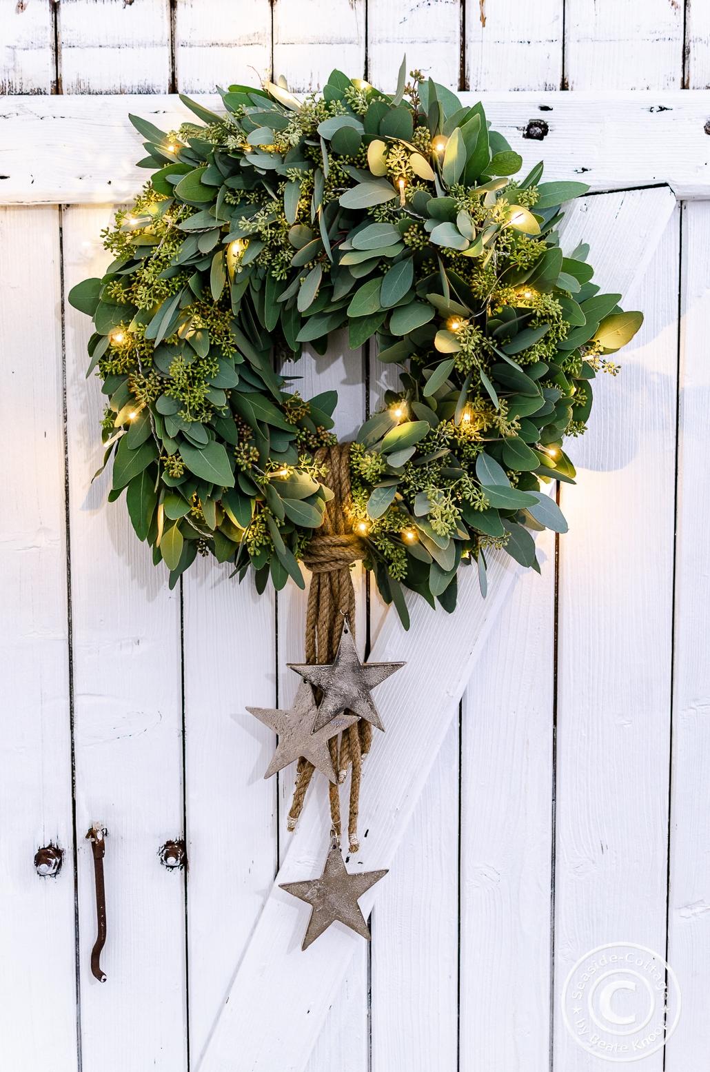 Eukalyptuskranz mit Seil und Sternen dekoriert