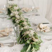 Festliche Tischdeko zu Weihnachten mit Girlande