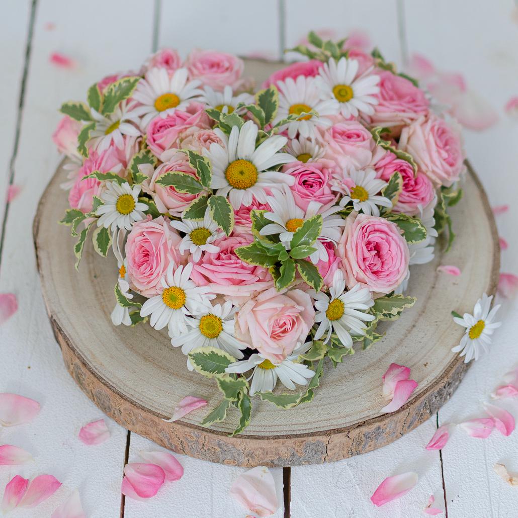 Blumiges Herz mit Rosen und Margeriten