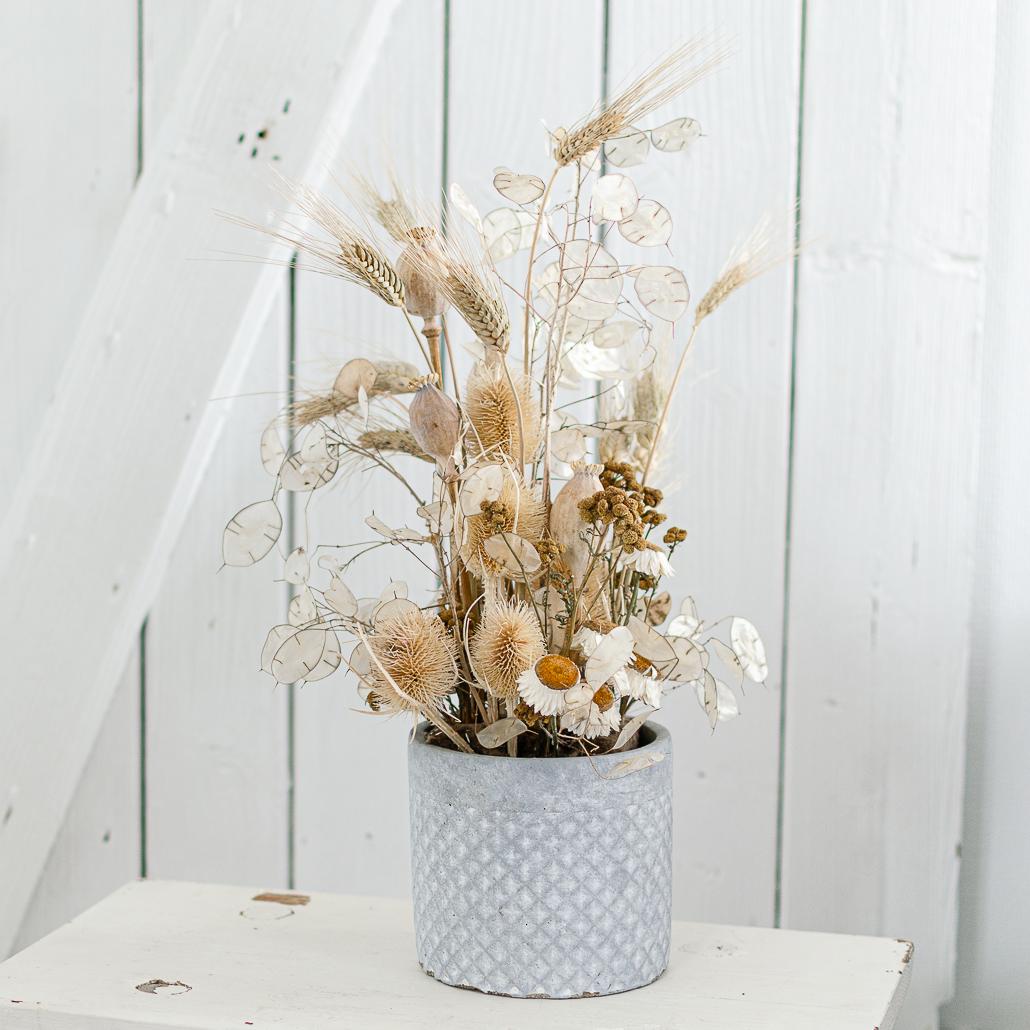 Trockenblumengesteck in umweltfreundlicher Alternative zu Steckschaum
