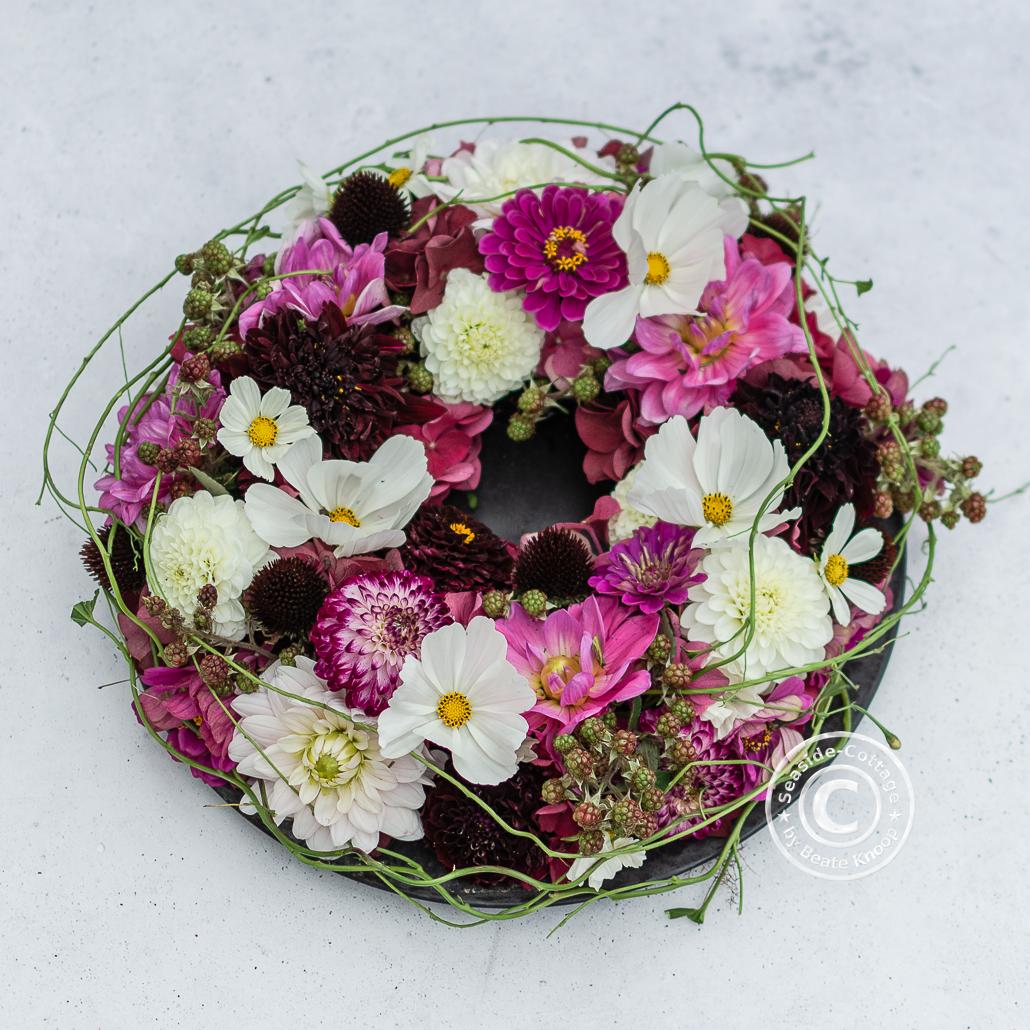 Anleitung gesteckter Blumenkranz mit Dahlien, Zinnien und Hortensien