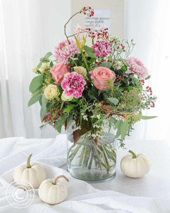 rosa Blumenstrauß Oktober mit Dekochrysanthemen